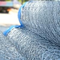 Plasă împletită zincată pentru garduri şi alte aplicaţii